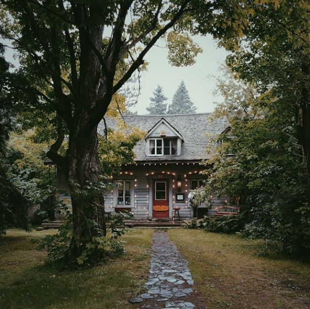Oh, it's adorable. How I would love this house....but perhaps with more natural light.