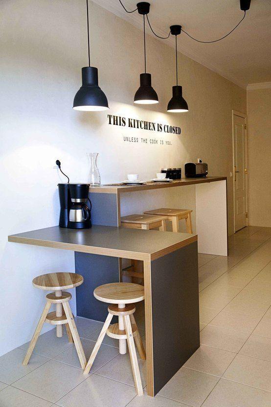 Nowoczesna kuchnia, skandynawska kuchnia, styl skandynawski, czarne lampy, meble kuchenne, mała kuchnia. Zobacz więcej na: https://www.homify.pl/katalogi-inspiracji/18715/homify-360-perfekcyjny-home-staging