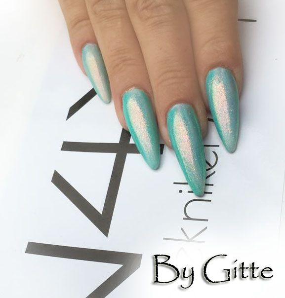 Mermaid effekt med pigment glimmer nail art negle. Super lækker glitter pigment, der er lagt en Naillac Topgloss først som er hærdet i 2 min i en uv lampe, derefter er Pigment glitter gnedet ind i neglen.