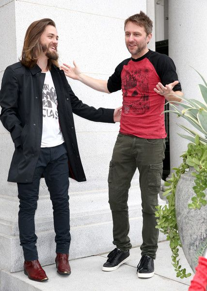 """Tom Payne Photos Photos - Actor Tom Payne and host Chris Hardwick attend AMC presents """"Talking Dead Live"""" for the premiere of """"The Walking Dead"""" at Hollywood Forever on October 23, 2016 in Hollywood, California. - AMC presents """"Talking Dead Live"""" for the premiere of """"The Walking Dead"""""""