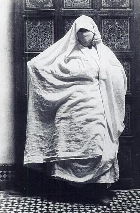 * Gaëtan Gatian de Clérambault (1872-1934)  psychiatre et médecin de la Préfecture de police a pratiqué la photographie lors d'un séjour au Maroc en 1918-1919. Il a tenté de  percer le secret des drapés. il étudie méthodiquement les manières dont les femmes se voilent.. Ses travaux, proches de l'anthropométrie d'alors, seront exposés à l'Exposition coloniale de Marseille en 1922, puis montrés à l'École des beaux-arts de Paris, de 1924 à 1926. Ensuite oubliés. Redécouvert par Lacan