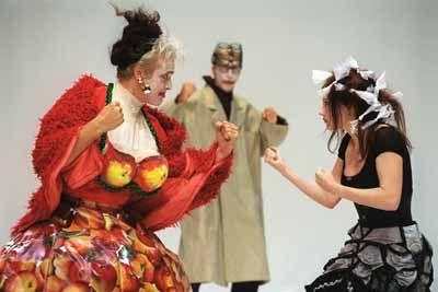 Theaterkostuums. NNT Drie stuivers opera. Kostuums kunnen een karakter versterken/ een bepaald type neerzetten