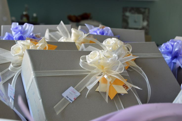 Bomboniera Collazione Claraluna decorata con fiori artigianali e origami.