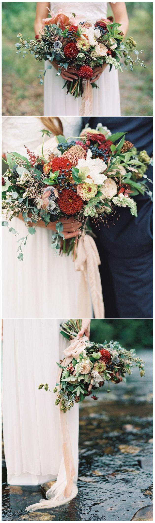 Ein frisch gepflückter Sommerblumenstrauß in Marsala   – Wedding Flower Types