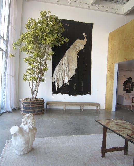 In grote, relatief lege, ruimten kunnen planten het verschil maken tussen een huiselijke en een museale sfeer