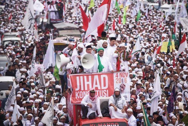"Ramai ajakan Muslim tarik uang dari bank  Ilustrasi ""Jihad Konstitusi"" 4 November  Ada-ada saja upaya masyarakat menekan pihak berwenang agar segera memenuhi tuntutan umat Islam untuk menghukum Ahok secara adil terkait kasus pelecehan Al-Qur'an. Terbaru sebuah seruan diberikan mengajak kaum Muslimin Indonesia menarik semua dana tabungannya yang ada di bank pada rentang waktu 15 s/d 20 November 2016. Berikut pesan berantai yang disebarkan melalui berbagai media sosial dan komunikasi:SEBARKAN…"