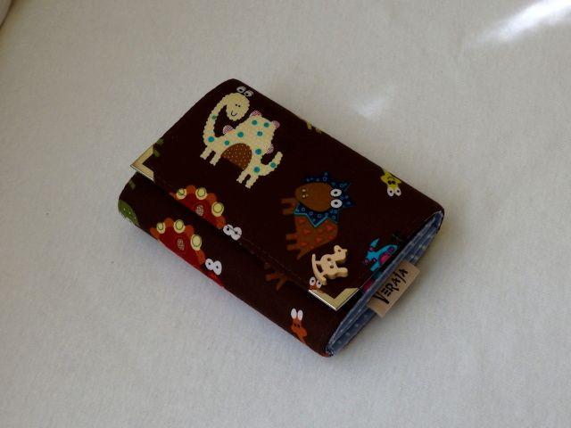 Dino peněženka Peněženka má magnetické zapínání, kapsičku na zip na drobné, přihrádky na doklady a papírové peníze a čtyři kapsičky na karty. Ozdobný přívěšek na zipu a ozdobný dřevěný knoflíček. Ochranné kovové růžky. Rozměry: šířka 13 cm, výška cca 10,5 cm. Peněženku mohu ušít i v jiných rozměrech. Peněženky různých barev a vzorů. Foto ...