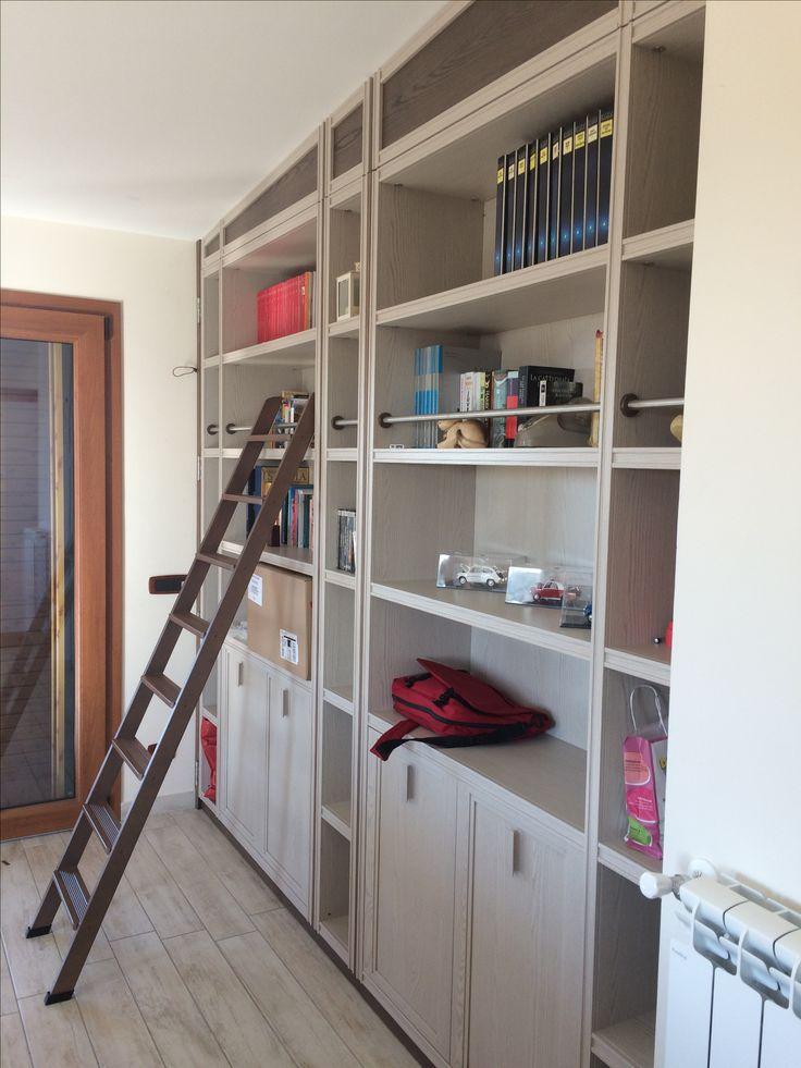 Una libreria di manifattura industriale modificata e rifinita con la nostra falegnameria