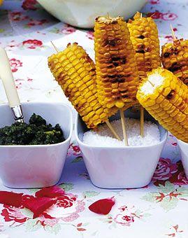 Gegrillte Maiskolben mit Petersilienpesto - Vegetarisch grillen - [LIVING AT HOME]