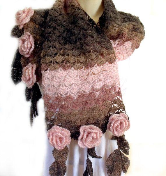 Sciarpa Crochet è impreziosito da Rose freeform crochet 3D e frangia di foglia. I colori sono marrone cioccolato scuro, moka e polvere rosa. Una