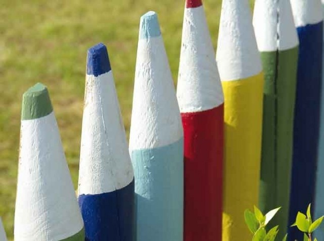 Palissade de crayons de couleur g ants id es jardin for Decoration jardin couleur