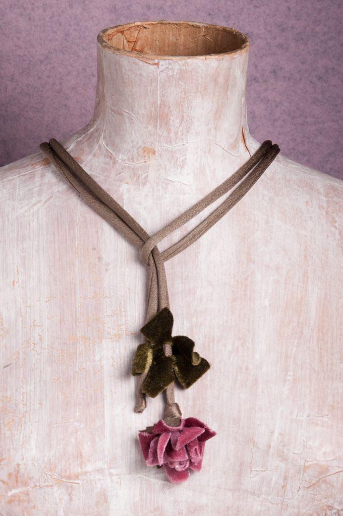 Bracciale di lycra, decorato con foglioline di pizzo e boccioli di seta e reso grintoso da una serie di charms in metallo e strass.