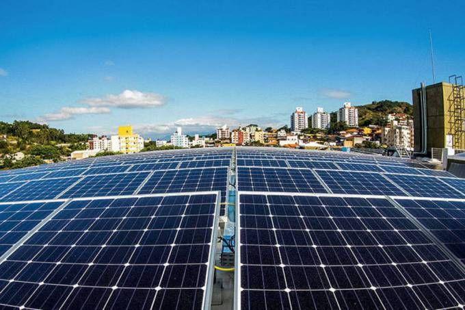 De acordo com especialistas do setor, nos últimos dois anos houve um crescimento de 70% da capacidade de geração de energia solar fotovoltaica no Brasil. Esse aumento registrado aponta que quase 90% das unidades geradoras existentes foram instaladas nesse período. Fatores decisivos que impulsionaram a geração solar fotovoltaica no país foram a redução de aproximadamente 70% no preço da tecnologia nos últimos dez anos, além do aumento de até 50% nas tarifas de energia elétrica durante os…