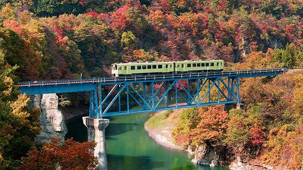 福島県 会津鉄道 会津の自然と温泉情緒を堪能出来る会津鉄道は、首都圏(浅草・新宿)からのアクセスの良さも魅力の1つ。定期的に展望車輌付のイベント列車「お座トロ展望列車」も運航。