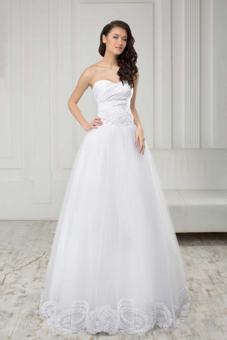 Krásne svadobné šaty bez ramienok so širokou sukňou zdobenou čipkou