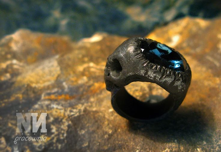"Nefryt Studio - Pracownia: Pierścień ""Carpe diem"" - polymer clay and crystal glass skull ring"
