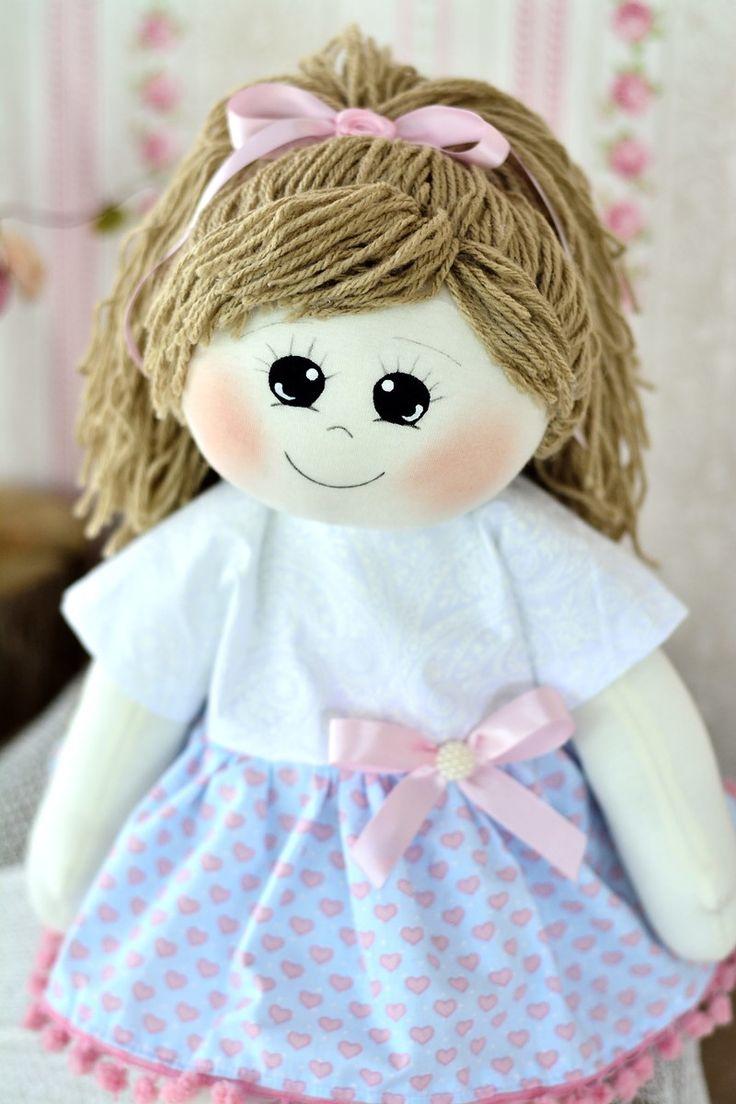 A boneca Malica mede 50 centímetros, é confeccionada em malha de algodão, enchimento de fibra siliconada, cabelinhos de lã. As roupas são em tricoline 100% algodão.    As cores podem ser a sua escolha, é só me chamar no chat que combinamos :)