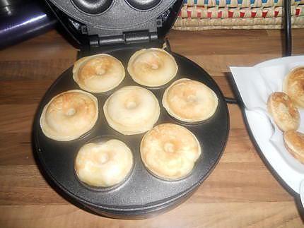 La meilleure recette de Mini donuts pour machine a donuts! L'essayer, c'est l'adopter! 4.5/5 (60 votes), 128 Commentaires. Ingrédients: pour environ 40 mini donuts 150g de farine 1 levure chimique 100g de sucre 1 sachet de sucre vanillé 1 pincée de sel fin 2oeufs entier 4cuillére a soupe d'huile 150ml de lait