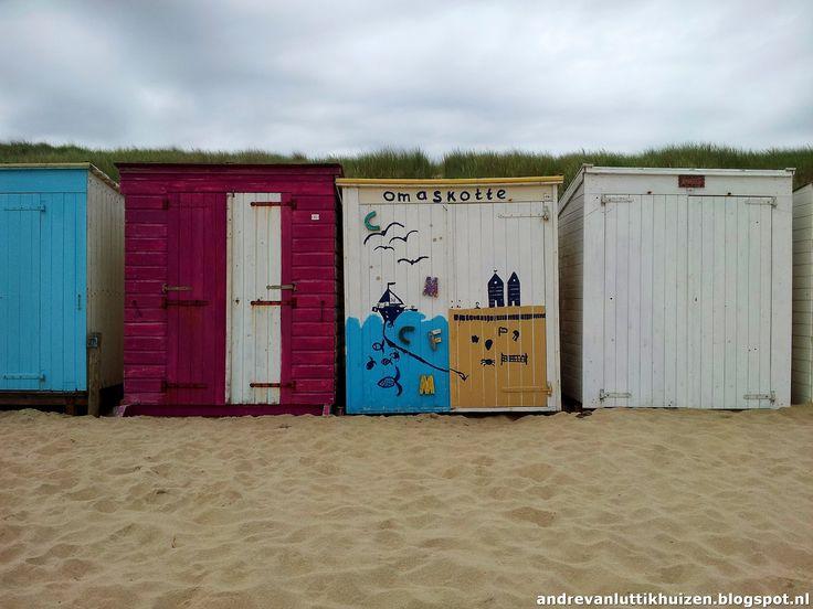 Elk strand op Walcheren heeft ze: strandkotten. Dit zijn kleine strandhuisjes die je kunt huren of kopen. Je kunt je strandspullen hierin opbergen en dat scheelt dus slepen met stoelen, bedden e.d. Sommige eigenaars weten hun strandkot op een ludieke manier onderscheidend te maken van een ander.