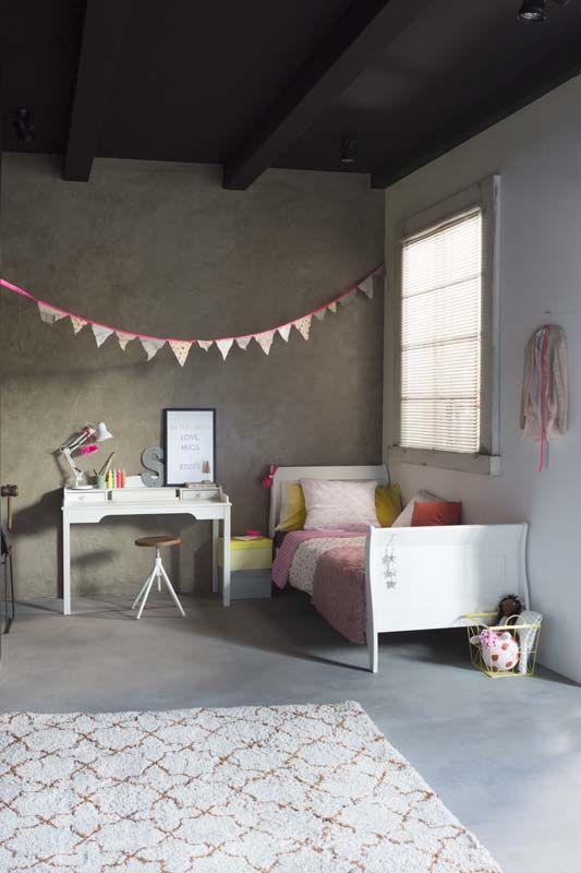 KARWEI   De roze en gele tinten geven deze meisjeskamer een romantische sfeer. #kinderkamer #wooninspiratie #Karwei