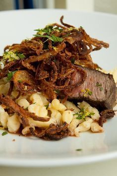 Hausgemachter Zwiebelrostbraten mit Roastbeef, selbstgemachten Spätzle, einer fantastischen Rotweinsauce und Röstzwiebeln.