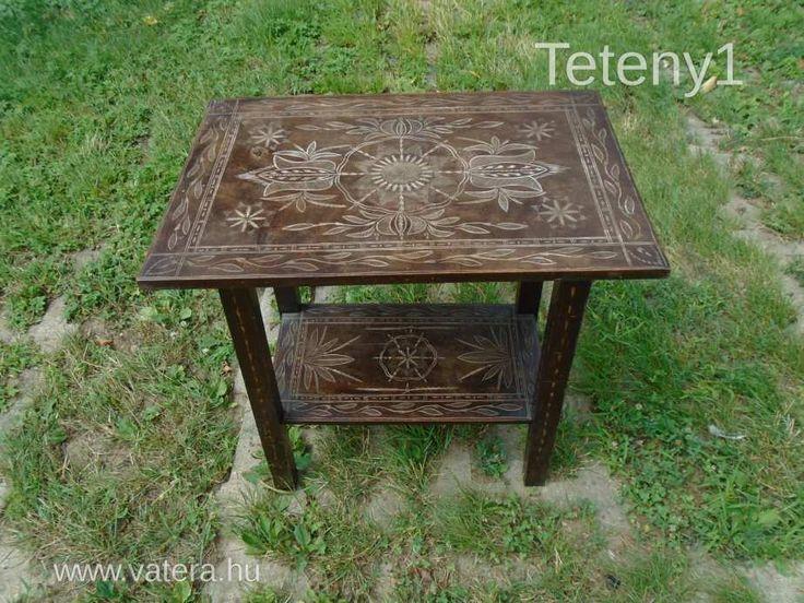 Vésett mintázatú kisasztal népi motívumokkal - Vatera.hu