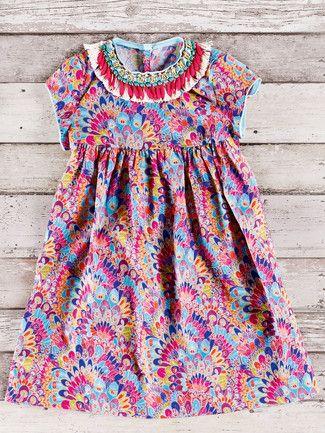 burda style, Schnittmuster für Kinder - Kleid: Der Schmuck ist an diesem Hängerchen gleich mit angenäht – und legt sich wie ein Collier um den Halsausschnitt. Nr. 136 aus 8-2015