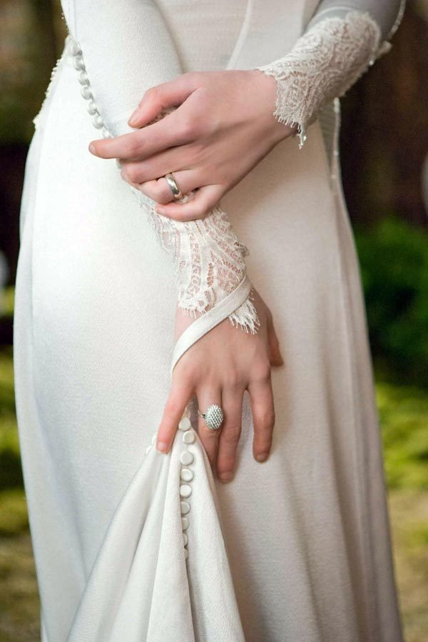 LOVE LOVE LOVE the lace sleeves and buttons on Bella Swan's wedding dress.