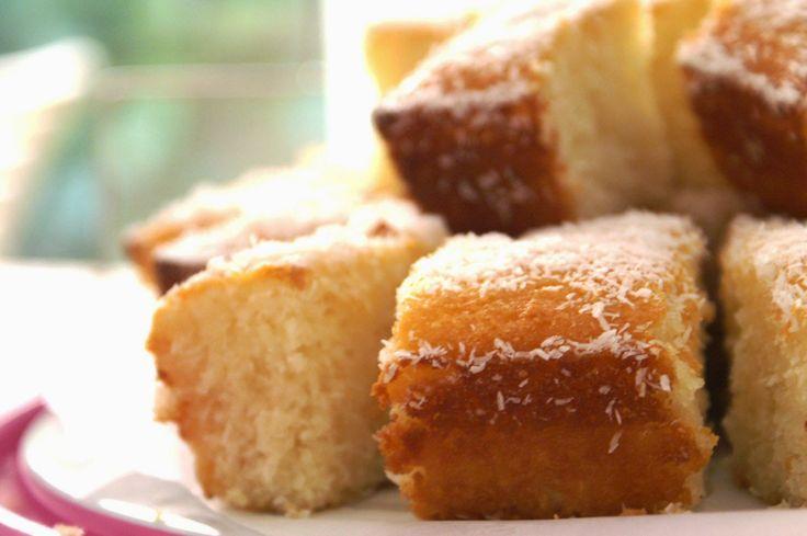 Recept van een lekkere kokoscake die je makkelijk en snel maakt. Een tropische cake voor de zomer!