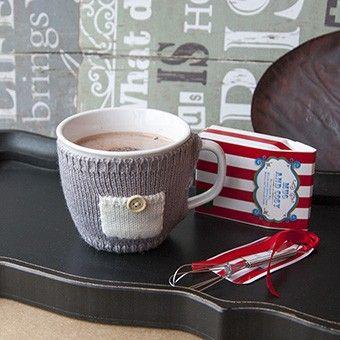 """Подарочный набор """"Mug and Cosy"""" Кружка (320 мл.) в вязанной одежке, смесь для горячего шоколада и венчик. 720"""