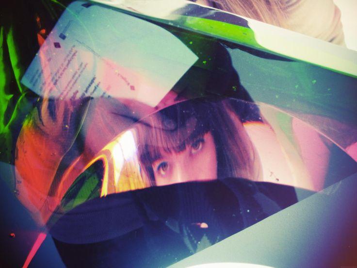 """#VOORKEUR: reflections. Een portret van Stéphanie Desmadryl in een glazen kunstwerk. Expo van de studenten """"Glass Art"""" aan het  """"National Art & Design College"""" te Dublin (Dec 2011) © Laura Engels"""
