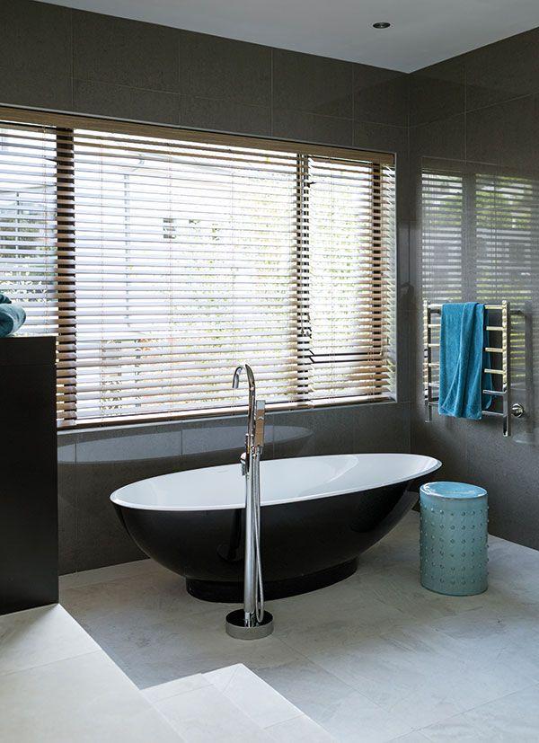 Black, freestanding bath tub.