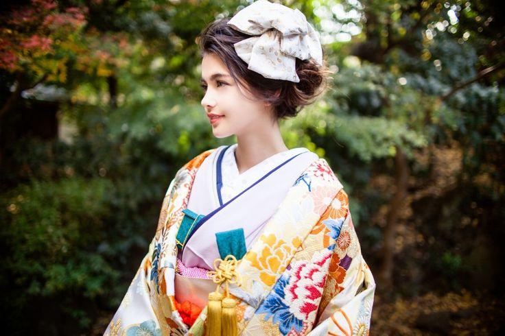 『白桃山花あかり』白地を埋め尽くす程、様々な色彩の四季草花があしらわれた唐織の打掛。伝統的な柄が現代風な色彩で表現され、花嫁さまの可愛らしさを引き立てます。 – 南青山の花嫁着物レンタルサロン CUCURU(くくる)