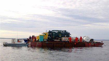 Des plongeurs vont tenter de retirer 20000 litres de pétrole d'une barge qui a coulé au large de la Nouvelle-Écosse et entraîné le plus important déversement de pétrole de l'histoire de la province.