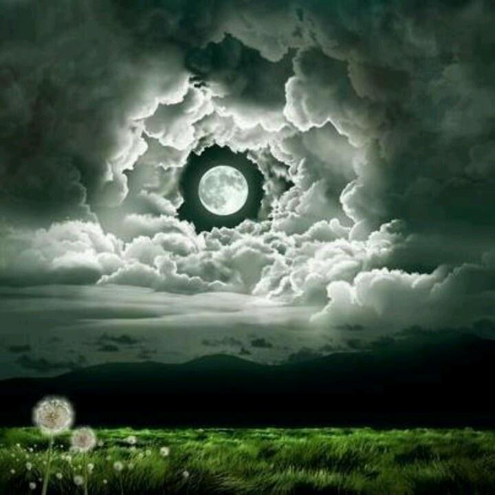 las nubes se dan una pausa para quienes admiramos la luna....    veo esto desde mi patio!!!! pero entre el limon del vecino y el cordel de la ropa!!  igual de maravilloso