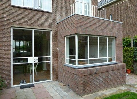 Aanbouw jaren '50 huis in Utrecht. Door het kleine formaat heeft architect Emmy van Eijk gekozen voor aansluiting met het bestaande d.m.v. stalen kozijnen en het metselwerk.