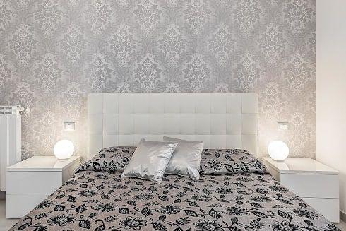 Camera patronale con parete vintage: Camera da letto in stile in stile Moderno di Facile Ristrutturare