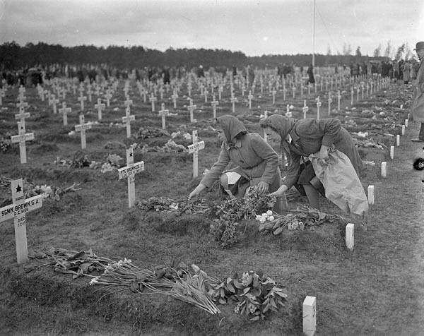 Cimetière de soldats canadiens morts au combat, Bergen-op-Zoom, Hollande, 5 mai 1946