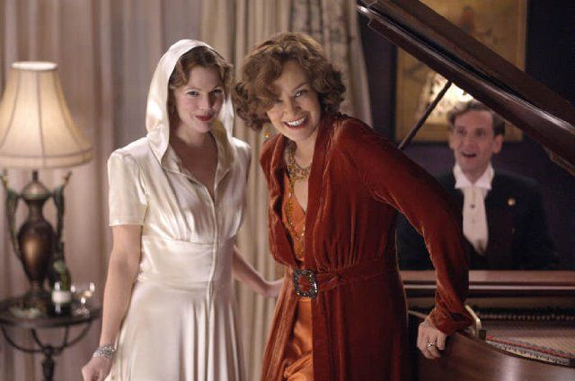 Still of Drew Barrymore and Jessica Lange in Grey Gardens