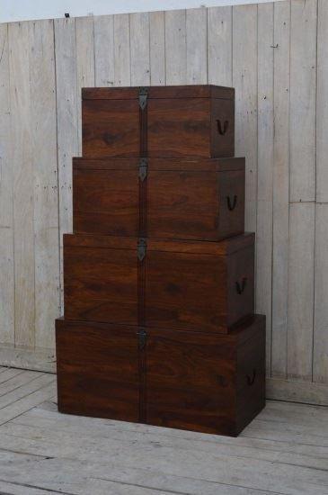 Nie wciskaj swoich rzeczy na siłę do szaf! :) W takim komplecie stylowych skrzyń z palisandru indyjskiego http://bit.ly/2cDjN5h wygodnie poukładasz przedmioty poupychane w szafach i szafkach. (Wymiary: 100 x 50 x 50, 90 x 45 x 45, 80 x 40 x 40, 70 x 35 x 35)