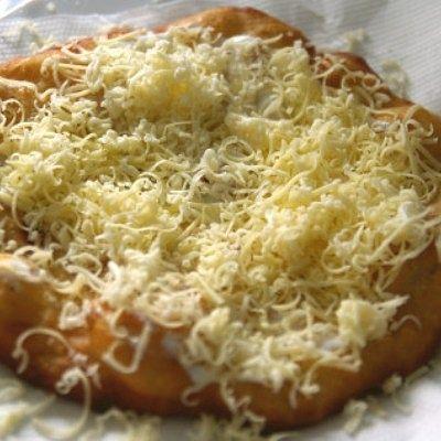 Lángos: Magyar ételspecialitás, melyet lapos kenyérnek is tekinthetünk, valahol a fánk és a palacsinta között helyezkedik el. A tésztát forró olajban kisütik, majd melegen, fokhagymás öntettel és tejföllel megkenve, tetejét sajttal megszórva ajánlják.
