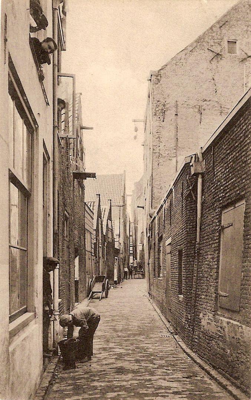 """historie dordrecht, het smalle haringstraatje. In deze straat was de bierbrouwerij """"de Haring"""" gevestigd."""