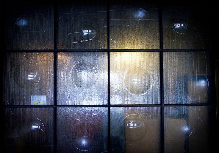 Část bazénu tvořila další skleněná tvarovaná plastika z roku 1980. Stěnu velkou 6 x 3 metry vytvořil další slavný výtvarník Benjamín Hejlek.