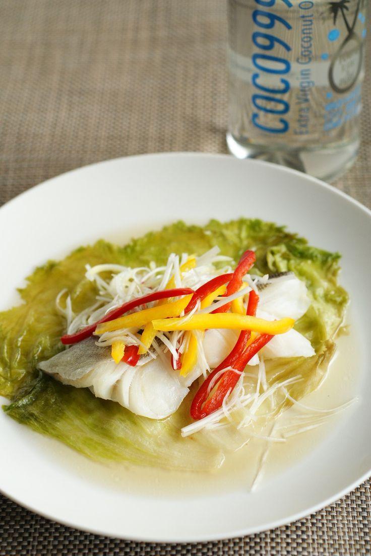 ココナッツオイルと白身魚のエスニック蒸し     淡白な白身魚はエスニック料理にも合います。ココナッツオイルとナンプラーの風味で、手軽にエスニックを楽しめます。 coco999レシピ    材料 (【材料(一人分)】) 白身魚(鱈など) 一切れ(80g) 塩 少々(0.3g) 酒 小さじ1(5g) ココナッツオイル  小さじ1(4g) レタス 1枚(20g) 長ネギ 15g(4㎝×2本) パプリカ(赤・黄) 正味10g ナンプラー  小さじ1(6g) 砂糖 小さじ1/2(1.5g) 作り方 1 1.長ネギは細く切り水にさらす。パプリカは種を除いて千切りにする。 2 2.白身魚は塩をふり、5分程置いて、出て来た水分をキッチンペーパーでふき取る。 3 4.3の上に、1の長ネギとパプリカをのせる。 4 5.ナンプラーと砂糖を混ぜて、4にかけて完成。 コツ・ポイント 電子レンジを使うことで手軽にできますが、蒸し器で蒸してもOKです。 レシピの生い立ち 魚とココナッツオイルの組み合わせを楽しもうと思い、作成しました。エスニックな味わいで、美味しく頂けます。 レシピID:3454313