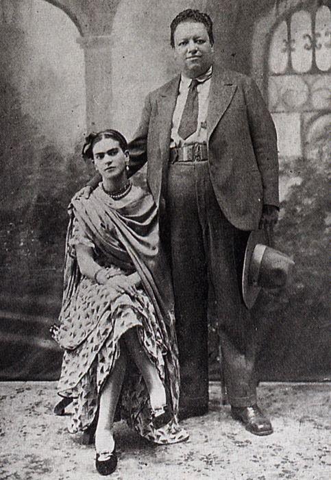 """Boda de Frida y Diego El 21 de agosto de 1929, Diego Rivera contrae matrimonio con Frida Kahlo. Su padre pareció resignarse, pero su madre se sintió dolida al juzgar que eramayor que ella, gordo, feo, artista, bohemio, comunista, ateo,controvertido y vividor. Ella narra:""""…Me enamoré de Diego y eso desagradó a mis padres porque Diego era comunista y se parecía, decían ellos, a un gordo, gordísimo Breughel. Decían que era una boda entre un elefante y una paloma…A pesar de ..."""