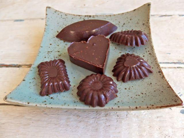 Nooit gedacht dat chocola maken zo simpel zou zijn. Je gooit cacaoboter en cacaopoeder bij elkaar, iets zoets erbij, en voila! Je kunt er precies in doen wat je zelf lekker vindt (nootjes, vruchten, kaneel of mint, of superfoods als maca of lucumapoeder). En je kunt er zo veel van eten als je wilt. Want ... lees verder >