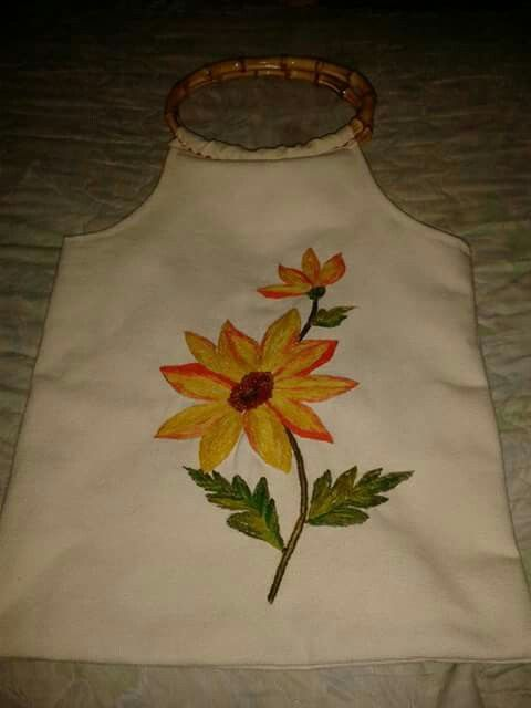 Bolsa de género hecha y bordada por Lucrecia Roca...