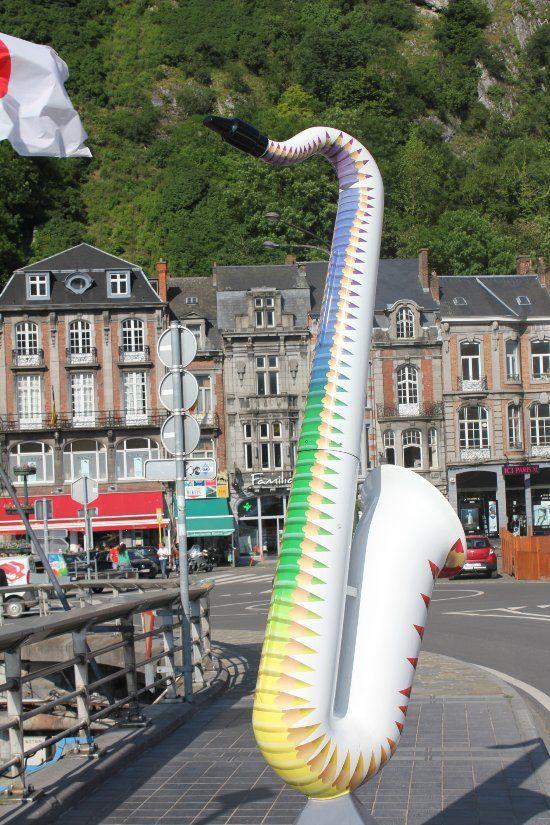 Un pont enjambant la Meuse décoré avec des saxophones de toutes les couleurs - Avis de voyageurs sur Pont Charles-de-Gaulle , Dinant - TripAdvisor