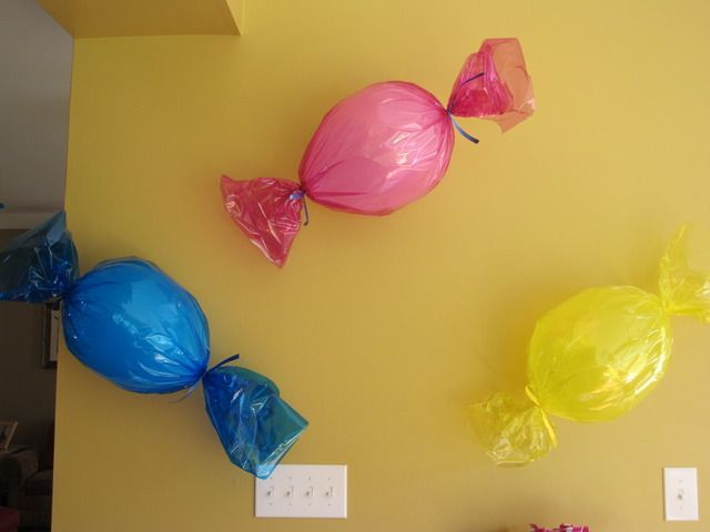 balloon candy for a candyland theme.  cute   and simple idea.  why didn't I think of that....
