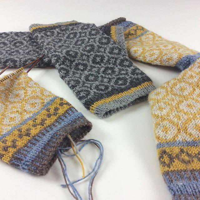 Es gibt Muster, die muss ich einfach öfter stricken. Erst als Socken, jetzt farblich passende Stulpen  Das Kreis-Muster habe ich auf Pinterest gefunden. #knittersoftheworld #knittersofinstagram #knitting #knitting_inspiration #stricken #strikk #warmehände